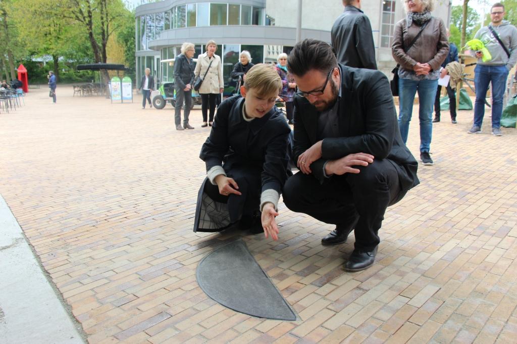 Marie Kølbæk Iversen viser rådmand Peter Rahbæk Juel en af de 11 sten, der er hugget efter De Vises Stens geometri.