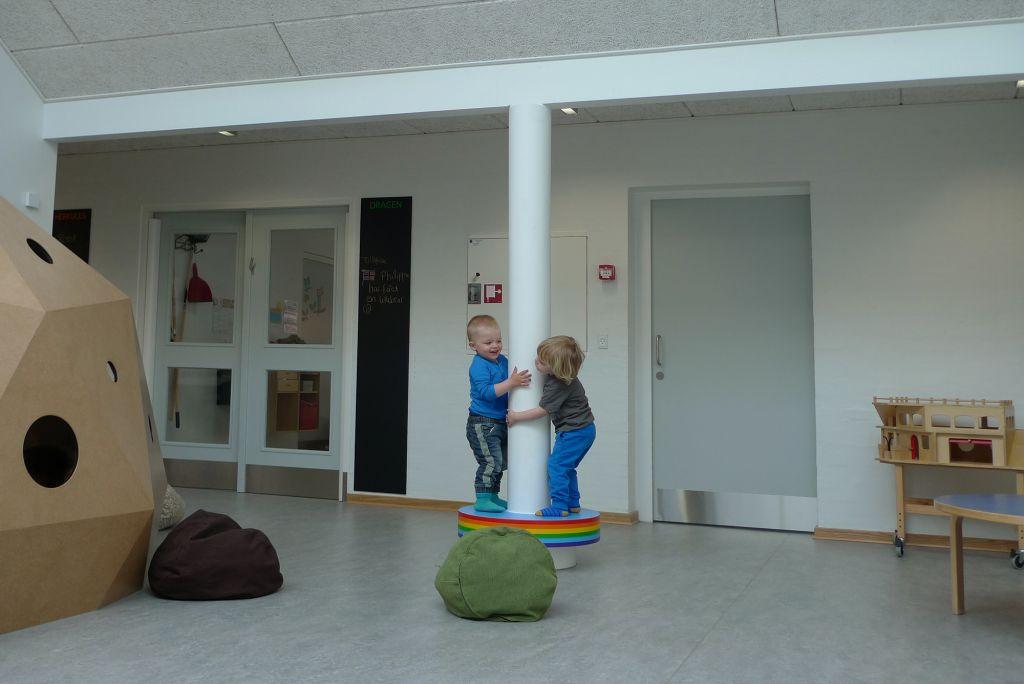 Regnbuebænk. 2014. Børnehuset Ole Rømer, Aarhus. Foto: Bodil Sohn