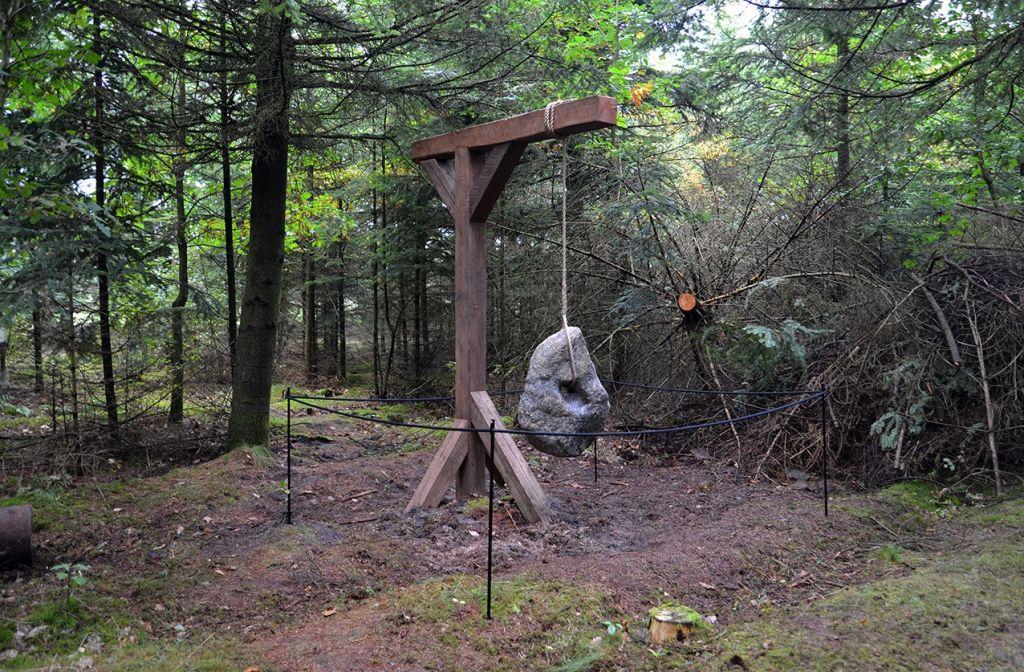 Hulko, 2016. Selvgjort hulsten ophængt i trækonstruktion. Foto: Heidi Hove