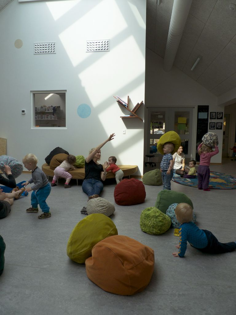 Læseplanet, bjergpuder, grenhylde. 2014. Børnehuset Ole Rømer, Aarhus