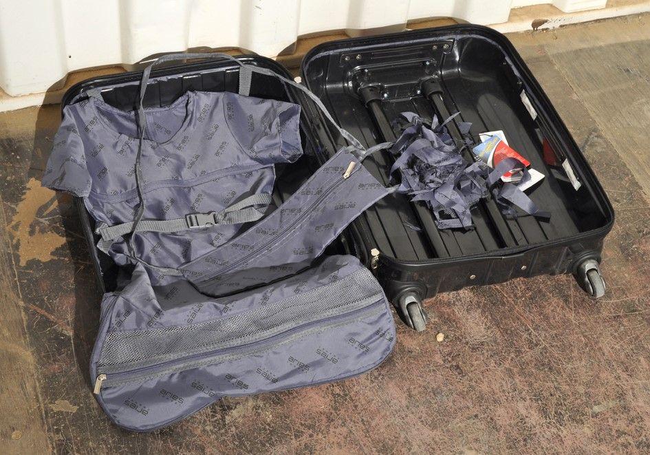 Kuffert, 2018. Kjole og taske syet af kuffert-foring. Foto: Jens Axel Beck