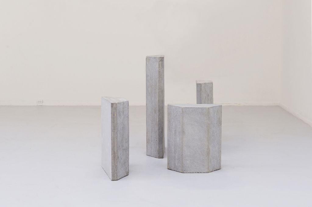Mor og Fars Fliser i Nye Højder, 2019 (beton, flamingo, variable størrelser) Vestjyllands Kunstmuseum. Foto af Heidi Hove